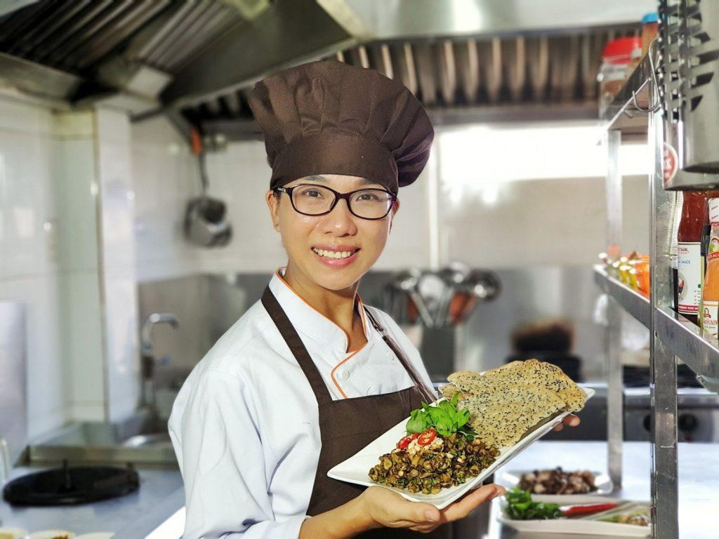 Bà chủ nhà hàng chay Mộc Nhiên vui vẻ, thân thiện, hiếu khách.